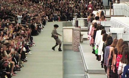 Un'intrusa alla sfilata di Chanel a Parigi, fermata da Gigi Hadid