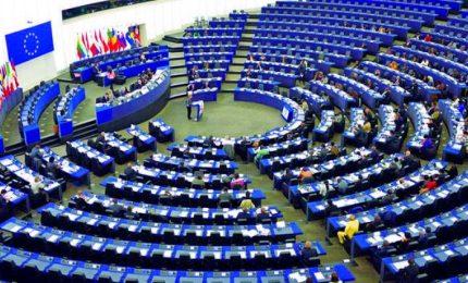 Il parlamento europeo boccia i porti aperti alle ong, M5s si astiene. Tensione nella maggioranza