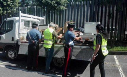 Abbandona rifiuti in strada, multato per 1.600 euro