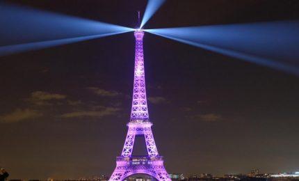 Tour Eiffel si illumina per ottobre rosa contro il tumore al seno