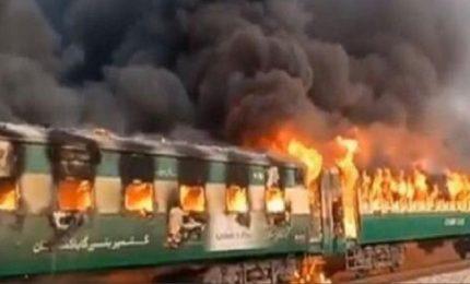 Pakistan, incendio su un treno: decine di persone sono morte