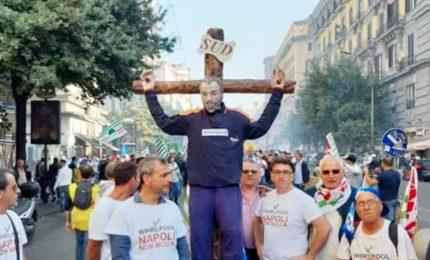 Whirlpool, il corteo a Napoli aperto da un crocifisso con operaio