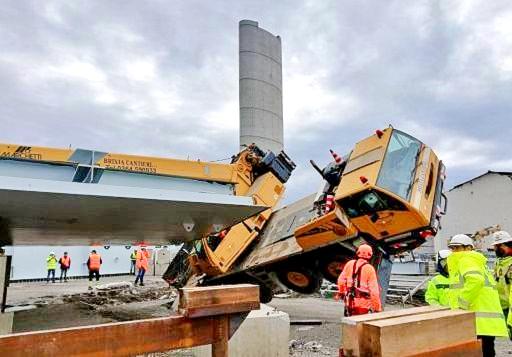 Cade gru nel cantiere del nuovo Ponte Morandi, feriti 3 operai