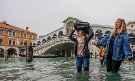 """Alta marea record, Venezia sott'acqua. Il sindaco: """"Centinaia di milioni di danni"""""""