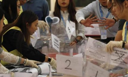 Hong Kong, pro-democratici a valanga, Lam: ascolteremo cittadini