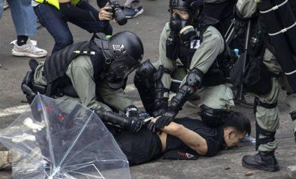 Arresti e scontri a Hong Kong, il Politecnico resta sotto assedio della polizia