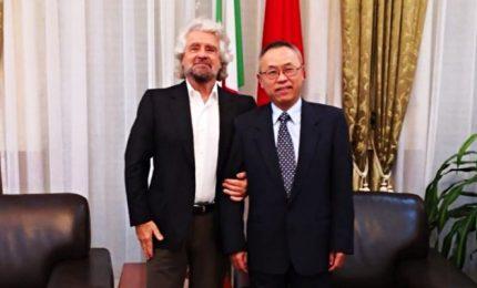 Beppe Grillo all'ambasciata cinese a Roma, è polemica. Meloni chiede commissione