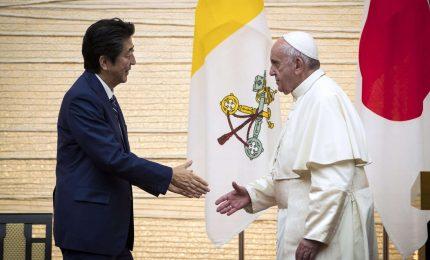 L'abbraccio dei fedeli al Papa allo stadio di Tokyo. Francesco incontra Shinzo Abe