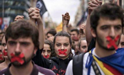 """Amnesty alla Spagna: """"Liberate due leader catalani in prigione"""""""