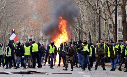 "Tornano i Gilet gialli, a Parigi 105 arresti. In piazza soprattutto ultrà. Macron ""segue con attenzione gli eventi"""