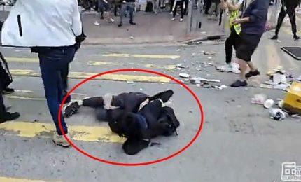 Altra giornata di caos a Hong Kong, poliziotto spara sul dorso a dimostrante