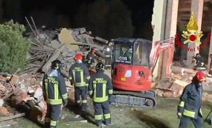 Esplosione dolosa in cascina, muoiono 3 pompieri