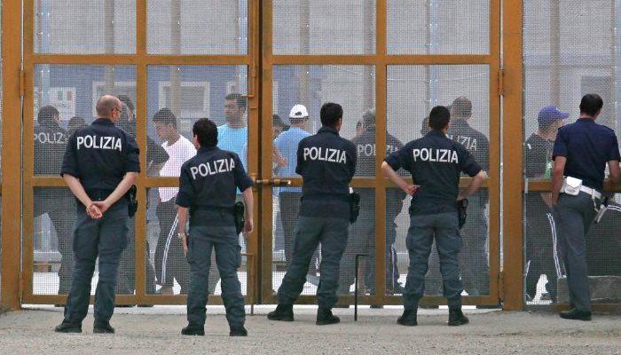 Nuova rivolta al Centro rimpatrio, migranti danno fuoco a unità abitative