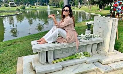 Romina Carrisi in posa sulla tomba del nonno, scoppia la polemica