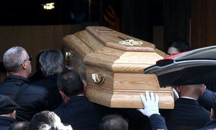 Folla ai funerali di Luca, gli amici sfilano in moto per l'ultimo saluto. Anastasia non c'e'