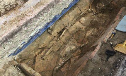 Scoperto a Gela un sarcofago con obolo di Caronte