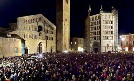 Parma si riempie di sardine, cantano Bella Ciao