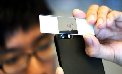 Lente adesiva trasforma lo smartphone in un microscopio