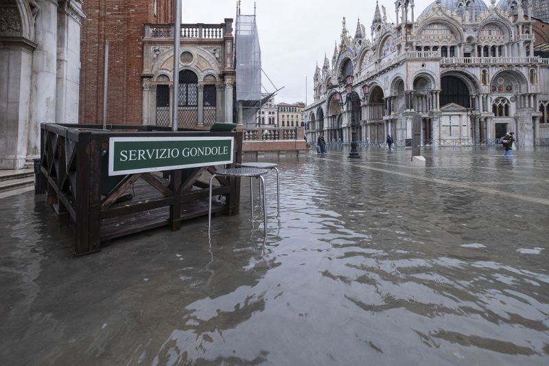 A Venezia è tempo di bilanci, oltre 1 miliardo di euro di danni. Brugnaro commissario, polemiche sul Mose