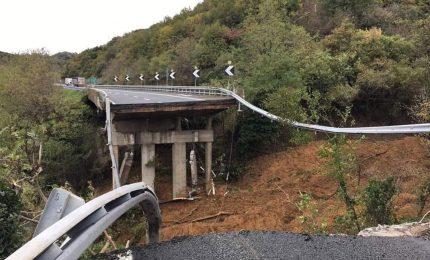 Crolla viadotto a Savona a causa di una frana, cede acquedotto romano nel Tarantino. Donna muore nell'Alessandrino