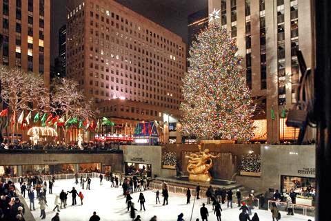 New York, acceso l'albero di Natale più celebre del mondo
