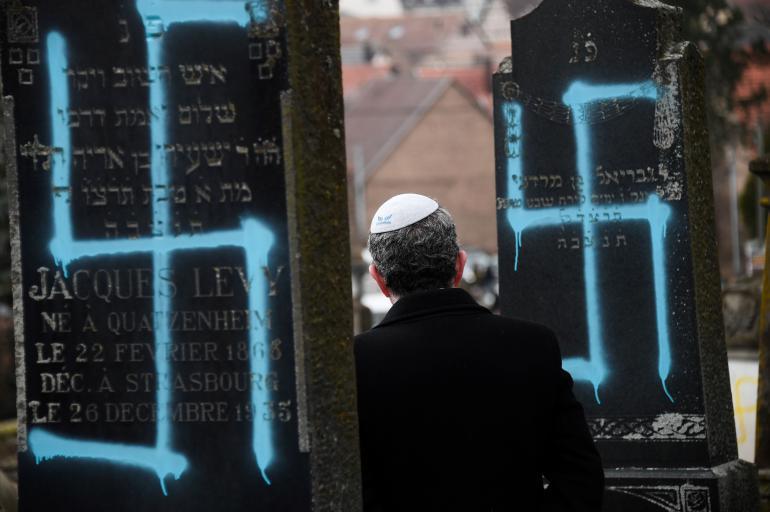 Francia, svastiche e simboli antisemiti su oltre cento lapidi