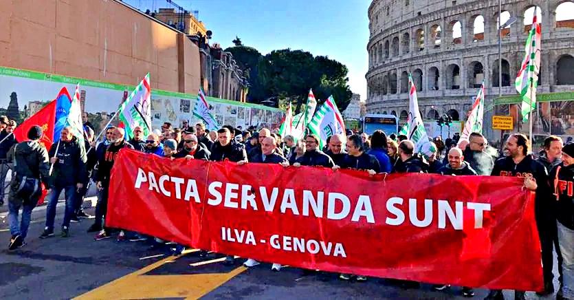 Lavoratori ex-Ilva in piazza a Roma. Il tribunale respinge la richiesta di prorogare l'uso dell'altoforno 2