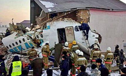 Kazakistan, precipita aereo con 100 persone: almeno 15 morti