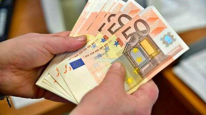 Buste paga più pesanti, bonus vacanze e contanti. Ecco le novità