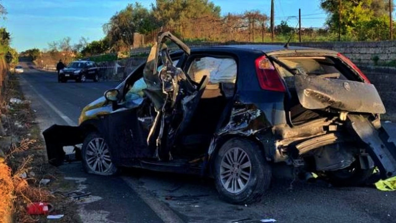Auto contro un muro, muore un 16enne