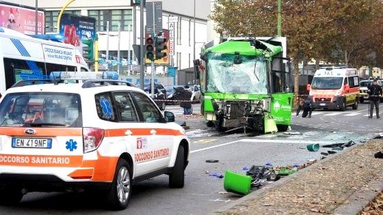 Incidente mortale tra filobus e camion, la dinamica dello schianto