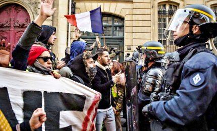 Parigi, sciopero contro la riforma delle pensioni: tensione e black bloc. La protesta si protrarrà fino a lunedì