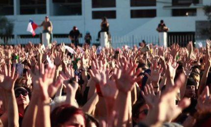 Cile, danzano in migliaia inno contro la violenza sulle donne