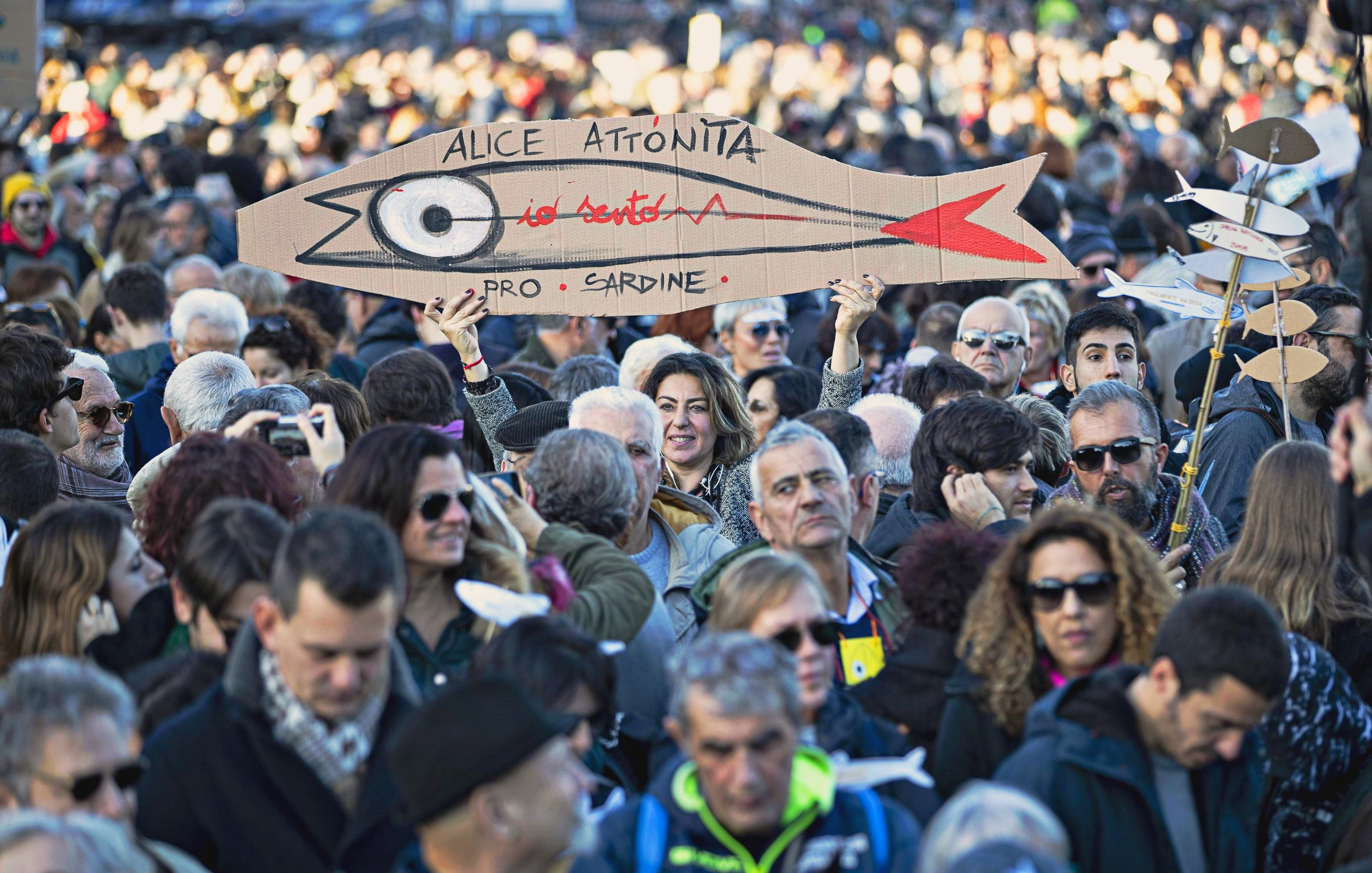 Sardine in piazza a Roma: sul palco partigiani e esponenti Pd. Casapound rinuncia