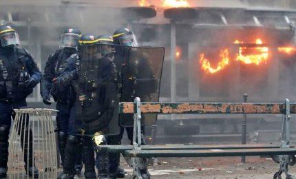 Sciopero contro riforma delle pensioni, a Parigi caos black bloc e pioggia lacrimogeni