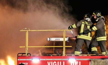 Palazzina in fiamme, trovato cadavere carbonizzato