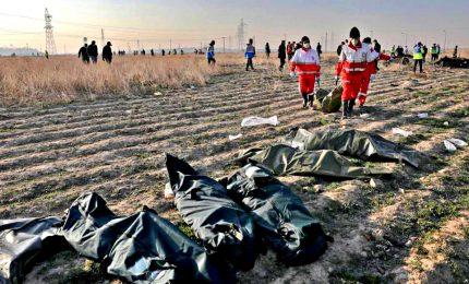"""Aereo """"abbattuto da missile Teheran"""". Aviazione iraniana, scatole nere danneggiate"""