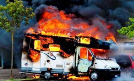 Camper in fiamme, trovato corpo carbonizzato