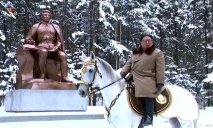Nordcorea, cavalcata di Kim Jong Un nella neve