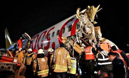 Istanbul, aereo esce di pista e si spezza in tre parti: 3 morti e oltre 150 feriti