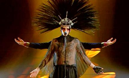 Sanremo, fischi per Achille Lauro. All'Ariston porta la Marchesa Luisa Casati Stampa