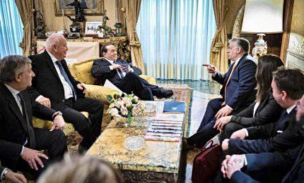 """Il Ppe prolunga sospensione di Fidesz dal gruppo. Berlusconi vede Orban: """"Sono fiducioso"""""""