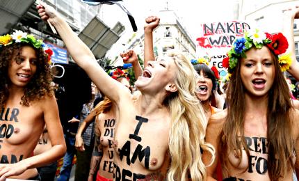 Parigi, protesta Femen contro femminicidi