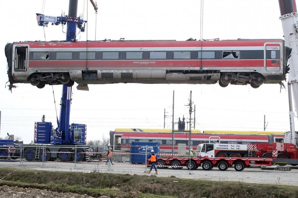 Treno deragliato a Lodi, ci sono altri 12 indagati. Nel registro anche l'ad di Rfi