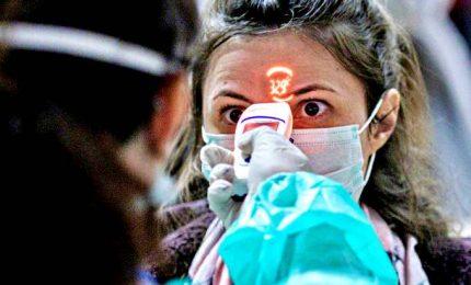 Coronavirus nel mondo, scienziati cinesi: trasmissione anche da feci e urina. Primo caso in Polonia