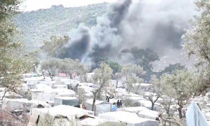 Incendio nel campo profughi di Lesbo, muore un bambino