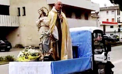 Coronavirus, parroco Bibione benedice per le strade da un apecar