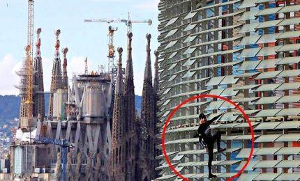Nuova impresa dello spiderman francese, scala torre a Barcellona
