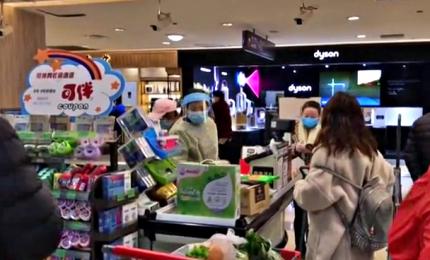 Coronavirus, a Wuhan tutti in fila al centro commerciale