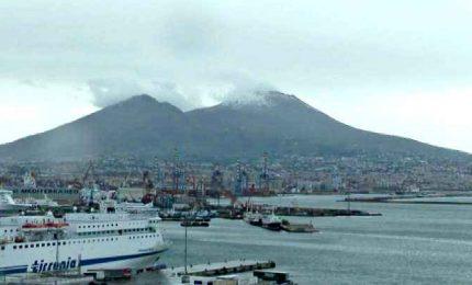 Napoli, Vesuvio imbiancato fa da sfondo alla città deserta